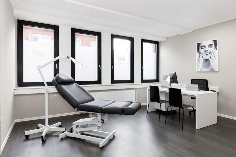 Lichte en ruime behandelkamer in onze M1 Med Beauty-kliniek